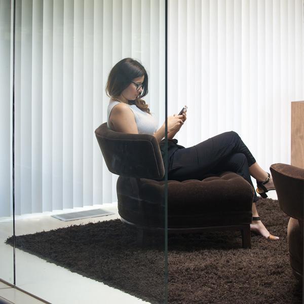 Kobieta siedząca wfotelu